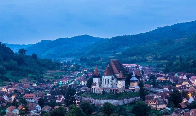 1024px-Biserica_fortificată_din_Biertan_in_zorii_zilei_02.jpg